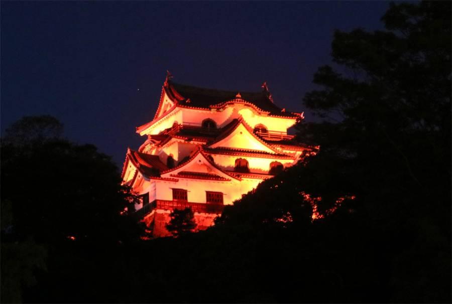 | 彦根城 限定ライトアップ | 世界アルツハイマーデーに彦根城がオレンジ色にライトアップ